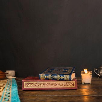 Livres arabes près de la bougie