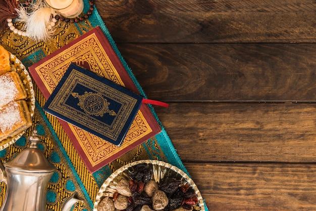 Livres arabes près de pot et de bonbons