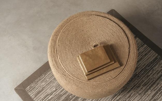 Livres bruns empilés sur une table basse faite à la main sur un tapis au sol