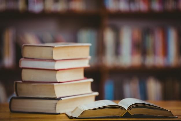 Livres sur le bureau de la bibliothèque