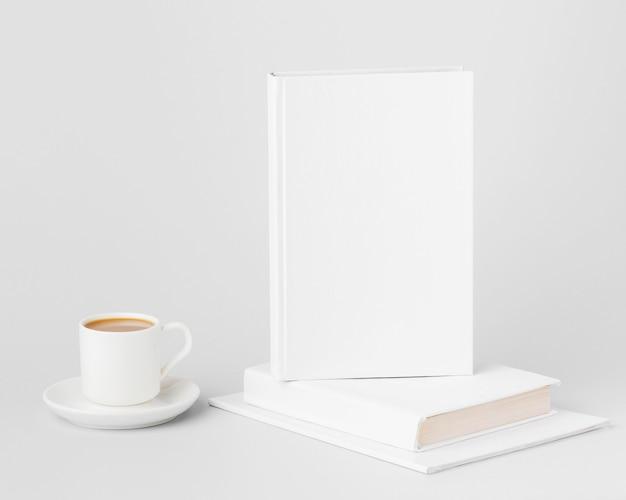 Livres sur le bureau avec café