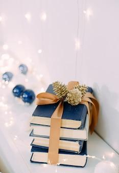 Livres cadeaux de noël avec des rubans et des guirlandes magiques