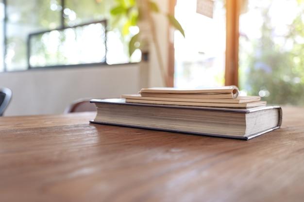 Livres et cahiers sur table en bois