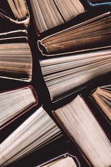 Livres cartonnés ou manuels anciens et usagés vus d'en haut.