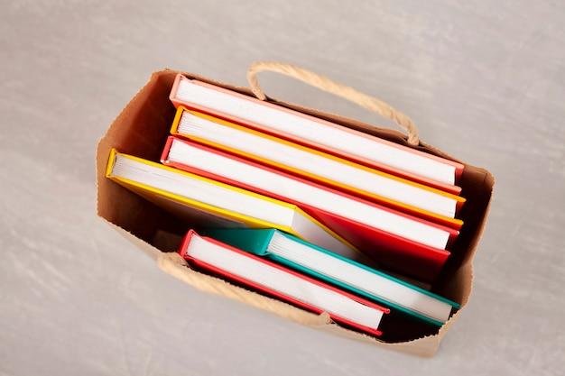 Livres colorés dans le panier