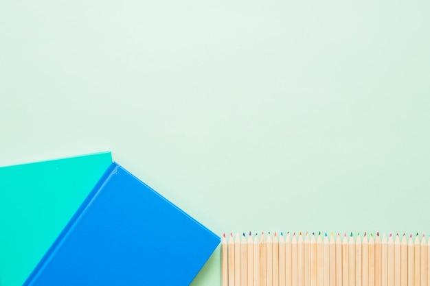 Livres colorés avec une rangée de stylos