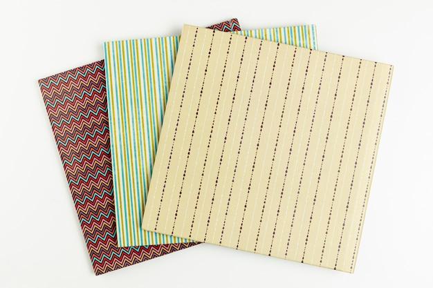 Livres colorés vue de dessus avec fond blanc