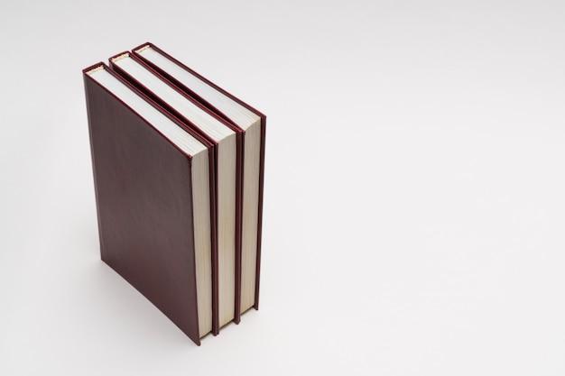 Livres avec couverture rouge sur fond blanc, isolés. retour à l'école