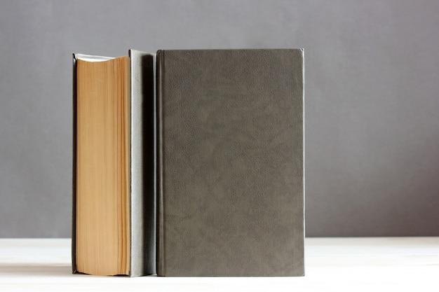 Livres avec une couverture vide sur la table.