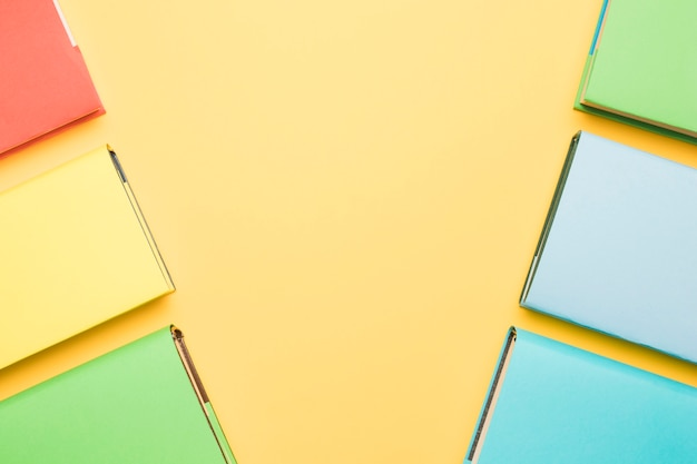 Livres avec couvertures colorées disposées en lignes
