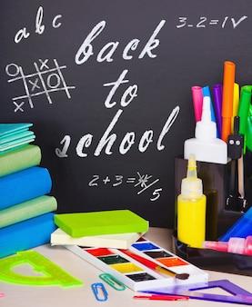 Livres et crayons sur la table sur le banc d'école