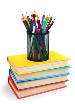 Livres et crayons. sur une table blanche.