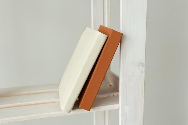 Livres debout sur un support blanc à la maison étude des connaissances et concept de littérature