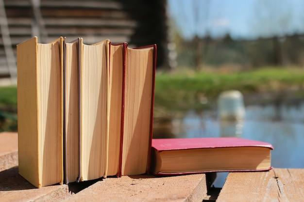 Livres debout sur une table
