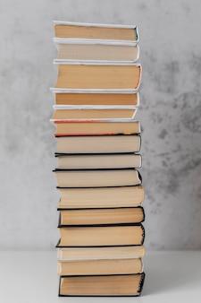 Livres empilés à l'intérieur