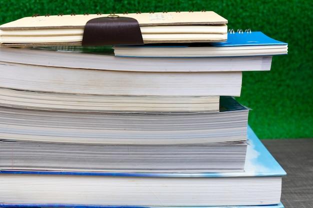 Livres empilés sur les livres de table, concept à l'école.