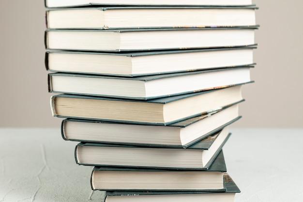 Livres empilés en spirale gros plan