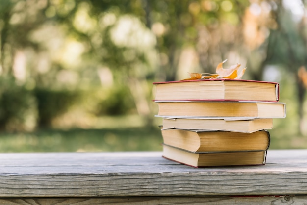 Livres empilés sur une table