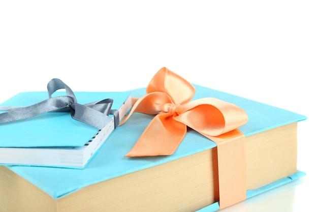 Livres enveloppés de rubans de couleur, isolés sur blanc