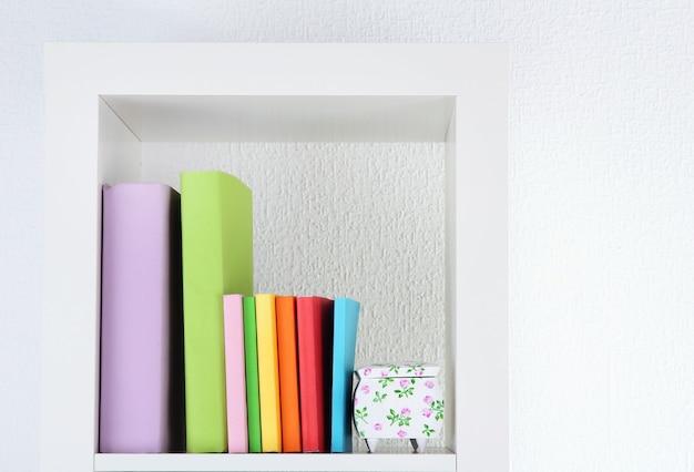 Livres sur étagère blanche
