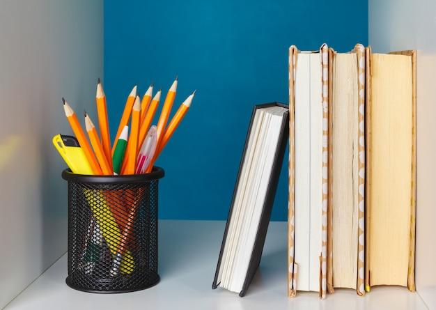Livres sur une étagère en bois à la maison ou au bureau