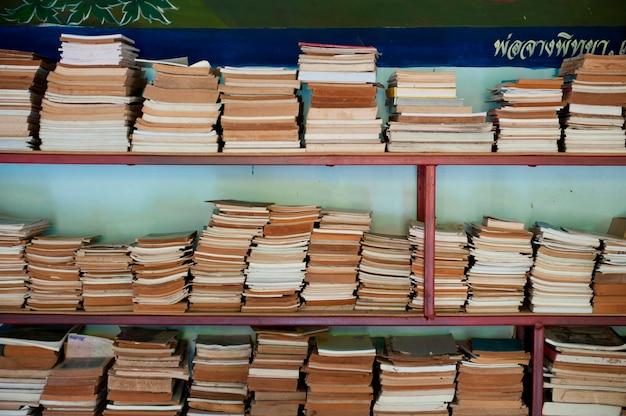 Livres sur une étagère dans le temple de wat chong kham, province de mae hong son, thaïlande