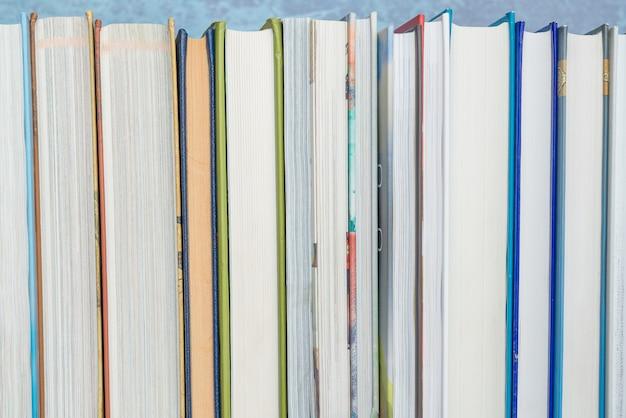 Livres sur l'étagère, fermer. éducation, connaissance, lecture, thème de la rentrée des classes.