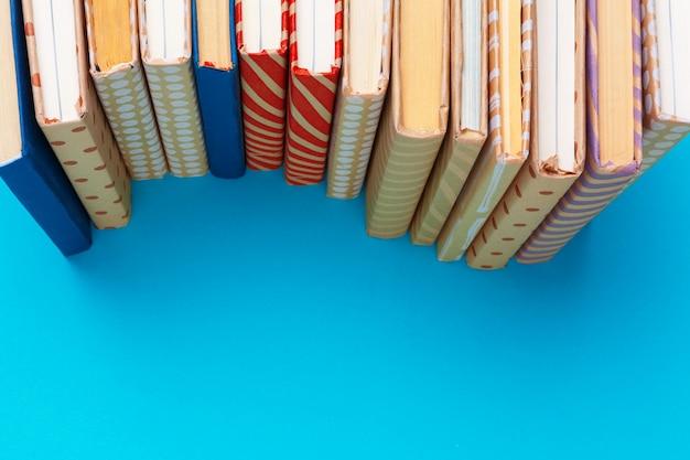 Livres sur fond bleu