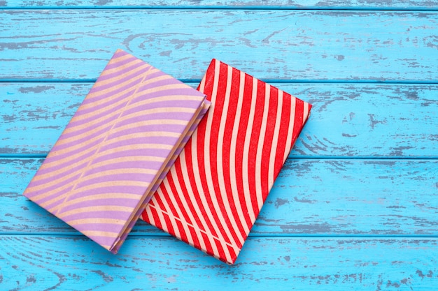 Livres sur fond en bois bleu