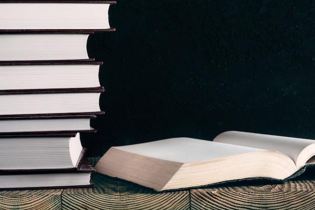 Livres sur le fond du bois