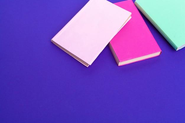 Livres sur fond violet