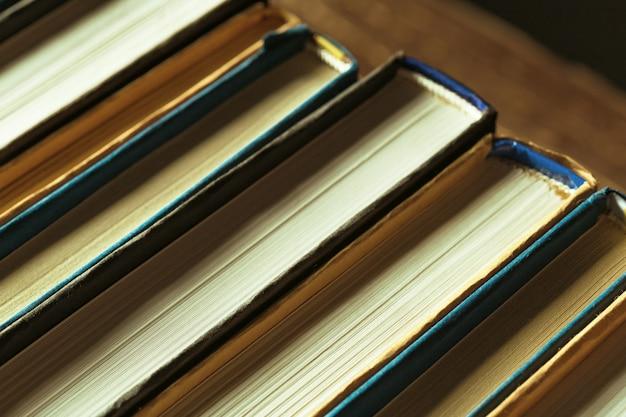 Livres gros plan sur une vieille table en bois