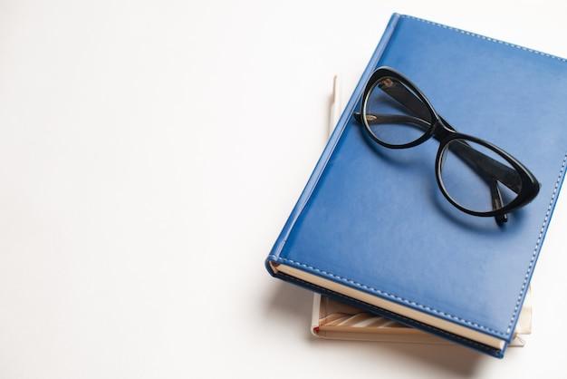 Livres avec lunettes