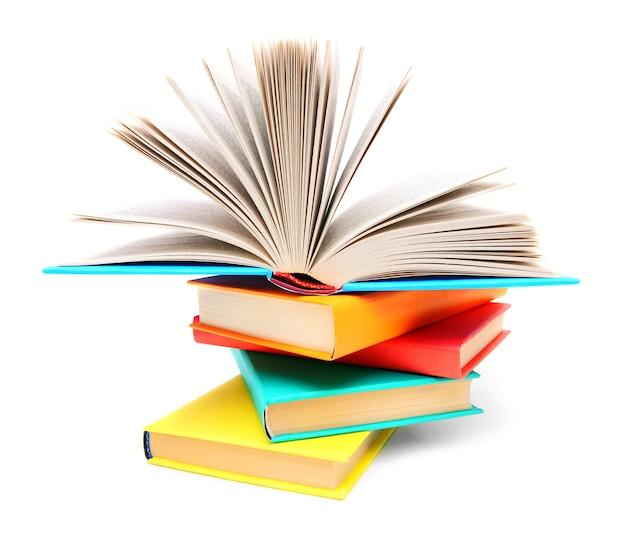 Livres multicolores et livre ouvert