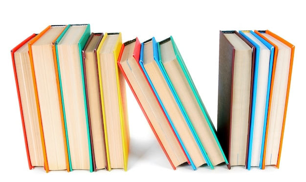 Livres multicolores. sur une table blanche.
