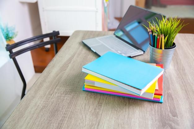 Livres et ordinateur sur la table à l'école