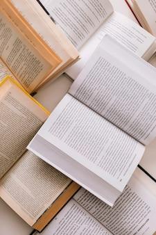 De livres ouverts ci-dessus