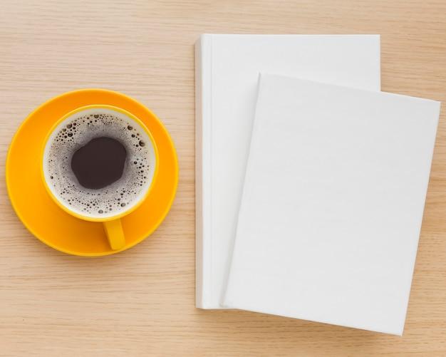 Livres à plat sur table avec café