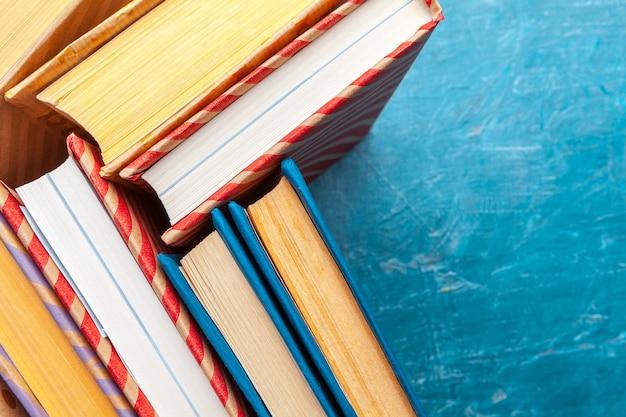 Livres de poche sur une table