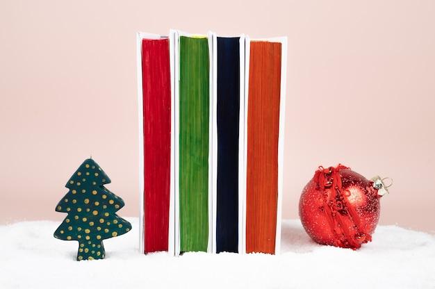 Des livres pour noël. pile de livres sur un fond enneigé. photo de haute qualité