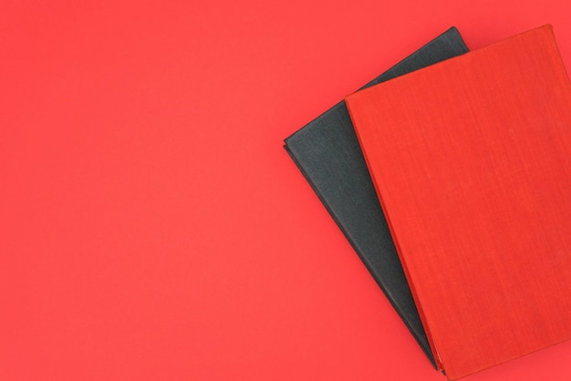 Livres rouges et noirs sur fond rouge