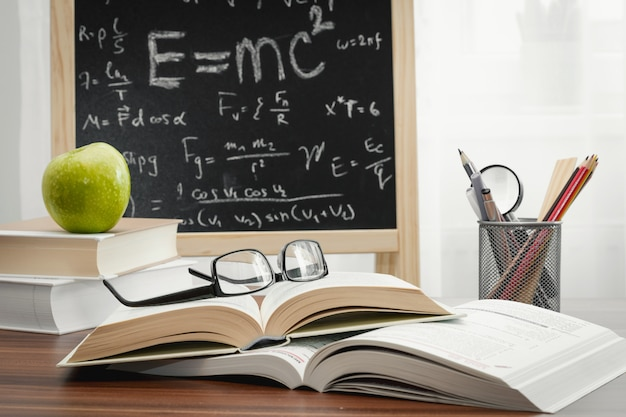 Livres scolaires sur le bureau, le concept de l'éducation