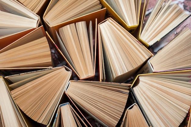 Livres se tiennent vue de dessus ouverte