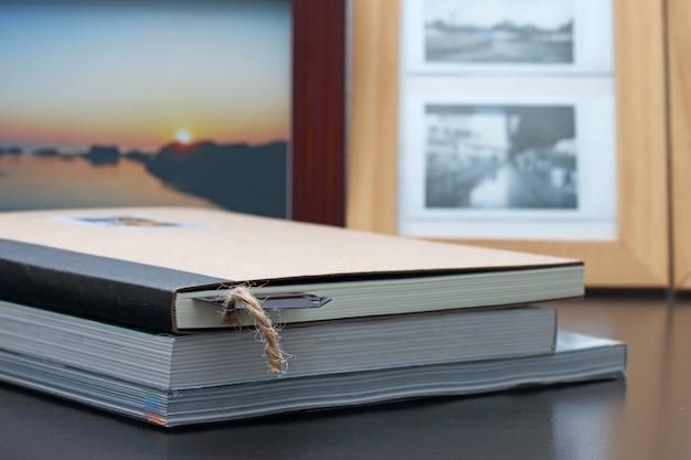 Livres avec des signets sur bois.