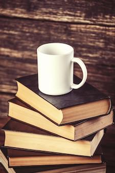 Livres et tasse de café sur table en bois