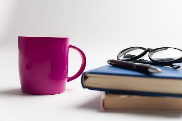 Livres avec tasse