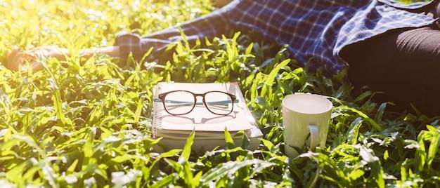 Livres et verres sur l'herbe dans le parc.