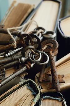 Livres avec de vieilles clés rouillées