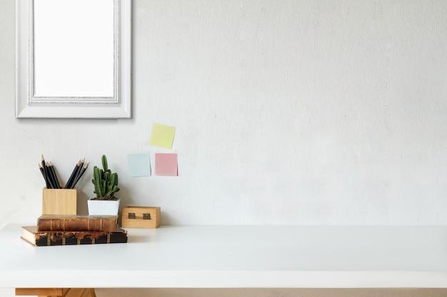 Livres vintage d'espace de travail maquette, fleur sèche, papeterie de bureau et cadre affiche