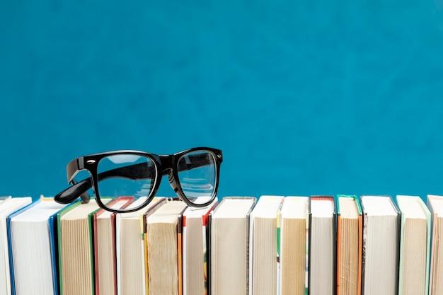 Livres de vue de face avec des lunettes
